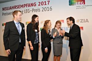 Michael Groß, MdB, gratuliert Preisträgern